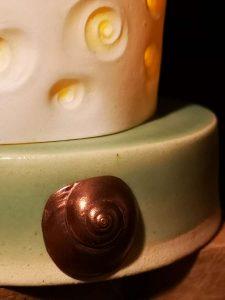 Détail de l'inscustation en bronze sur lanterne de porcelaine avec support en Grès par CKceramiks