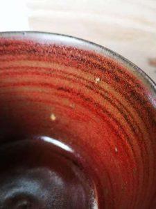 Détail de l'émail rouge sur grès